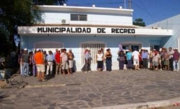 Recreo: Empleados se manifiestan frente al municipio por descuentos