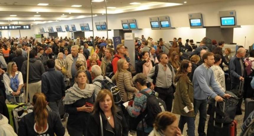 Cancelan más de 50 vuelos de Aerolíneas Argentinas