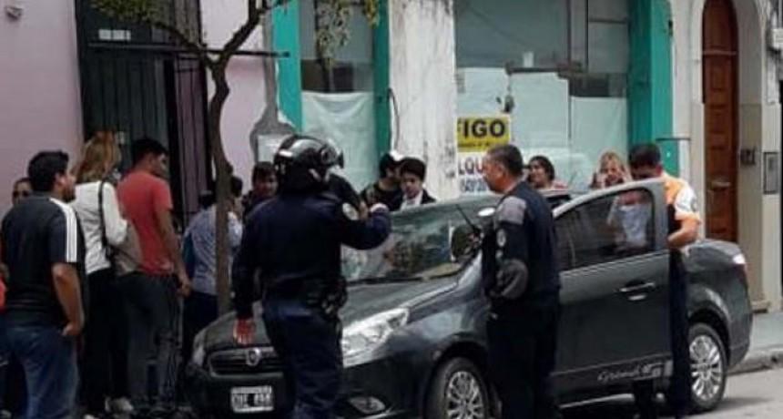 INDIGNANTE: Fue a hacer trámites, dejó a sus hijos encerrados en el auto y la gente lo escrachó