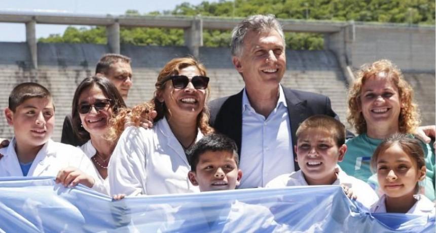 Macri destacó las obras que realiza Nación y anunció que en 2018 se inicia el aeropuerto internacional