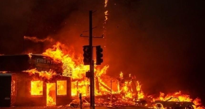 California: el fuego avanza, destruye todo y nada lo detiene