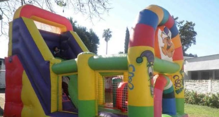 Se desinfló el castillo y aplasto a dos niños