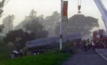 Un camión con combustible y un auto chocaron de frente: hay un muerto