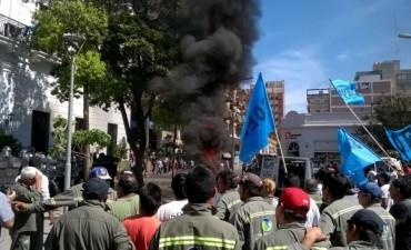 El SOEM quema cubiertas en la puerta de Casa de Gobierno y se enfrento con la policía