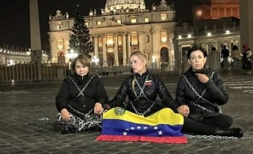Lilian Tintori se encadena en la Plaza San Pedro para pedir la liberación de Leopoldo López