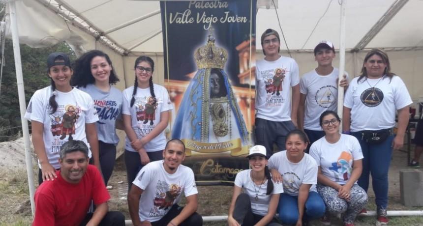 Jóvenes brindan agua y comida a peregrinos que arriban a la provincia