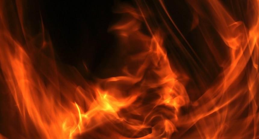 Vecinos rescataron a un hombre que quedó atrapado en el incendio de su casa