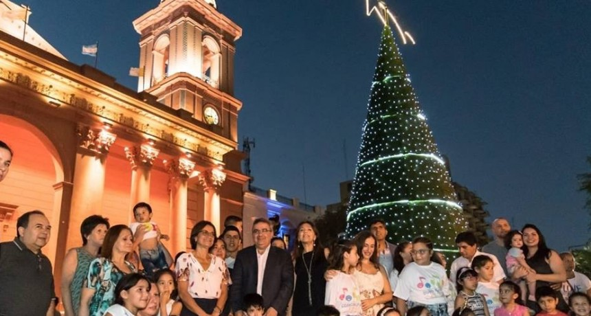 Encendieron el árbol de navidad en el Paseo de la Fe