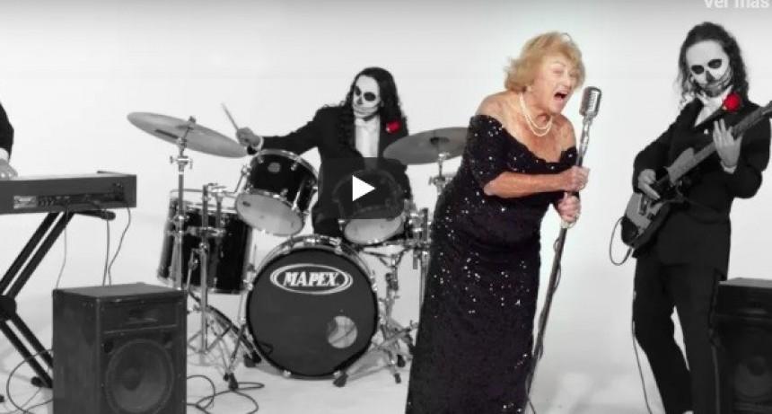 """Inge Ginsberg, la """"abuela metalera"""" de 96 años que sobrevivió a Hitler y canta en una banda"""