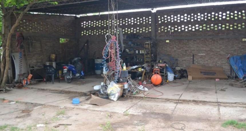 Mecánico descubrió a un ladrón robando en su taller y lo mató con una llave