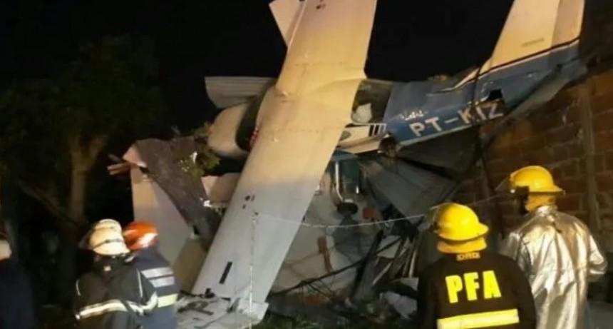 Cayó avioneta sobre una casa en San Fernando: no hay heridos de milagro