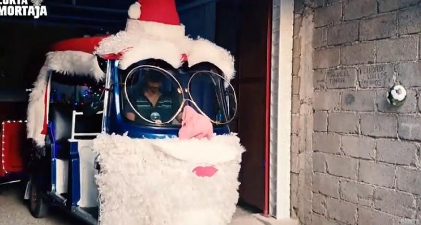 Abuelo convirtió su mototaxi en trineo de Papa Noel para pasear a los niños